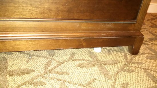 Gettysburg Hotel: Housekeeping obviously does not clean under anything!