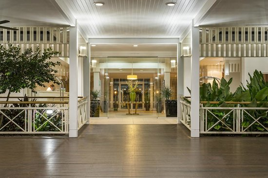 Hotel Grand Chancellor Palm Cove: Night time Entrance