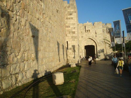 Jaffa Gate (Bab al-Khalil): Яффские ворота - историческое место в Иерусалиме. Дух захватывает, когда проходишь их!