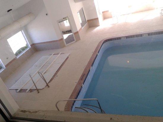 Colfax Inn: Indoor pool and hot tub area