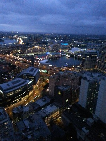 Meriton Serviced Apartments Kent Street: View to Darling Harbour - night