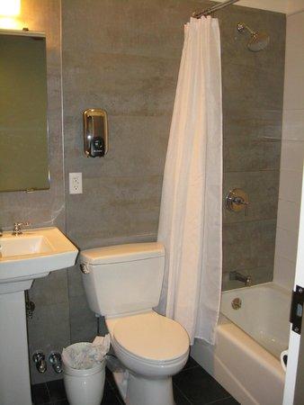 Seton Hotel: Super-clean shared bathroom down the hall