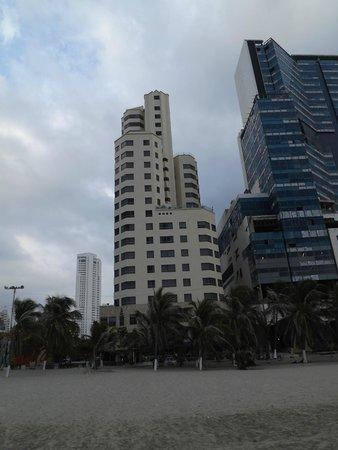 Hotel Regatta Cartagena: Vista del Hotel desde la playa.