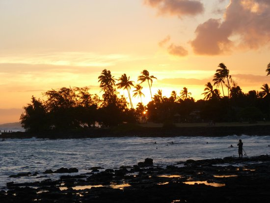 Hideaway Cove Poipu Beach: Sunset view of beach close by
