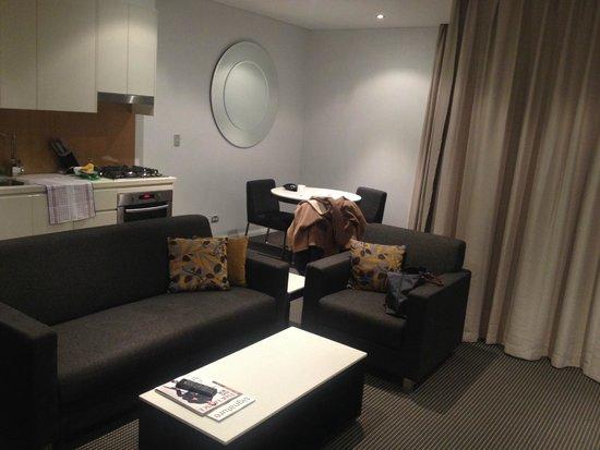 Meriton Serviced Apartments Zetland : One bedder living room
