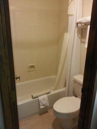 Howard Johnson Express Inn - Roseburg: Full tub with shower, elongated toilet