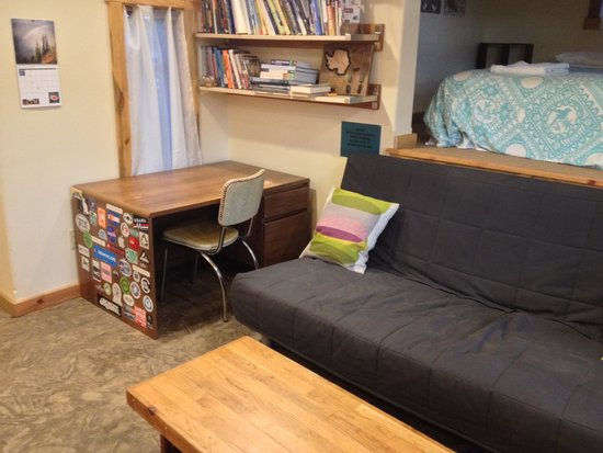 North Cascades Mountain Hostel: Desk for laptop, great outdoors/hiking guide library