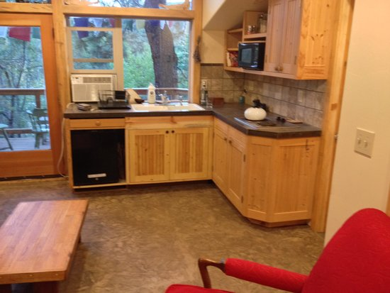 North Cascades Mountain Hostel: Convenience kitchen adjoining great deck