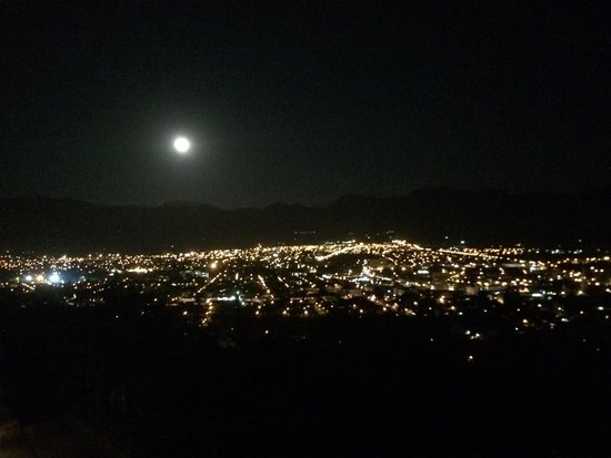Belmonte Guesthouse: Night time over Paarl
