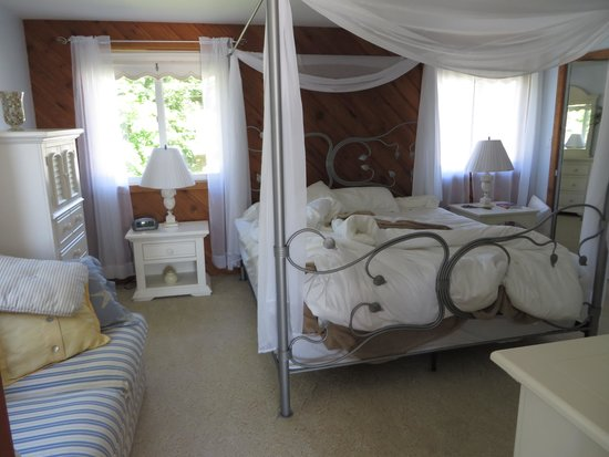 Churchill Pointe Inn: Bedroom - The Crow's Nest