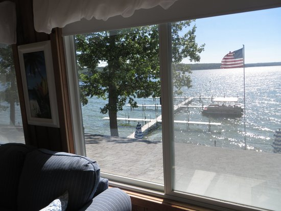 Churchill Pointe Inn : View from the Crow's Nest Room overlooking Hubbard Lake