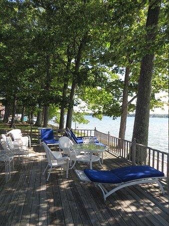 Churchill Pointe Inn: Chaise Lounge area on the deck