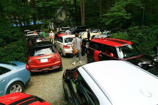 Edohara Pension: 駐車場に18台のドイツ車!
