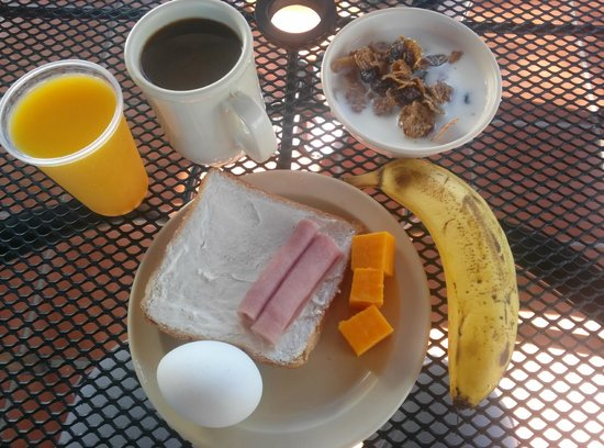 Tres Palmas Inn: Continental breakfast.