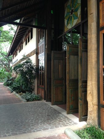 VC@Suanpaak Hotel & Serviced Apartment: The magnificent wooden doors