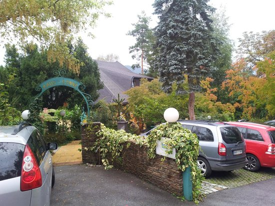 Gasthof Häuserl im Wald: The parking on site