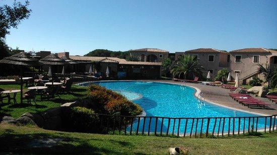 S'Incantu Resort: Vista della piscina e parte del bar