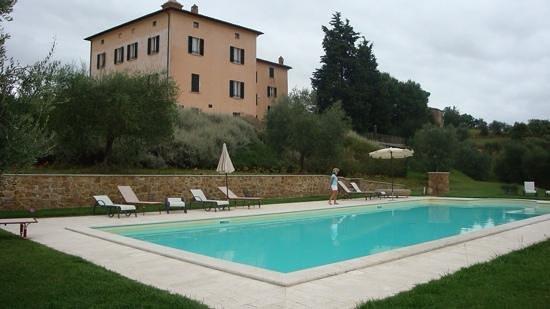 Relais Villa Grazianella - Fattoria del Cerro : Tempting pool but lousy weather