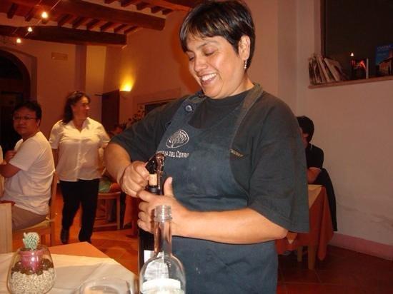 Relais Villa Grazianella - Fattoria del Cerro : Iris, the smily Peruvian serving our wine