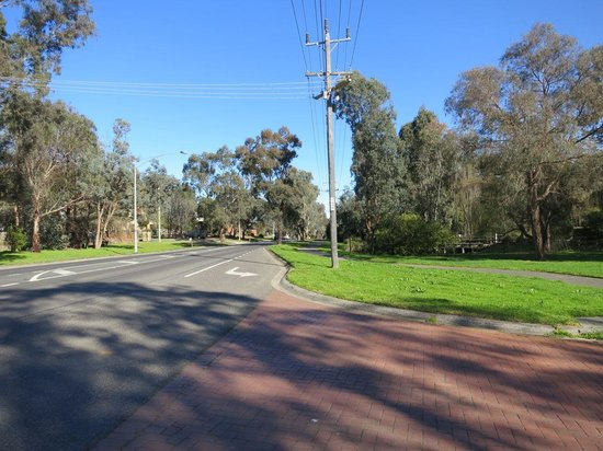 Eltham Gateway Hotel & Conference Centre: View of hotel property entry into Main Road