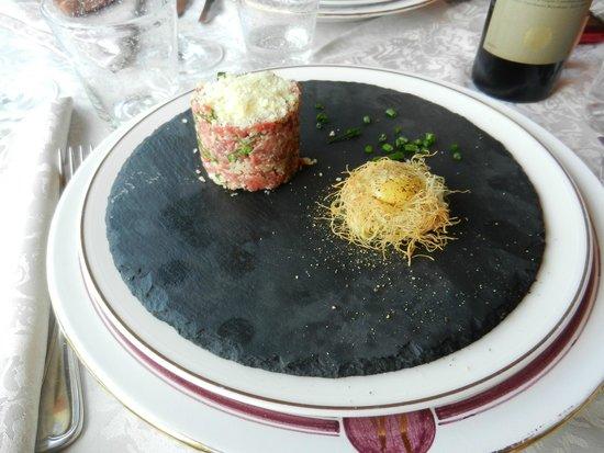 Le Contrade: tartare de boeuf au basilic et parmesan, oeuf de caille sur son nid