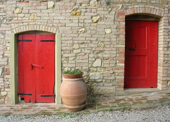 Agriturismo Le Capanne : The red doors cellar