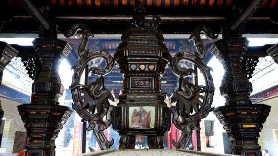 Ba Thien Hau Temple: 中国の方たちが数多くお詣りし、線香の煙が絶えないようです。外壁の装飾も面白く一見の価値が有ります。