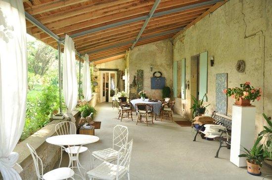 Domaine Mongiron: La terrasse et au fond l'entrée du studio