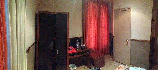 Hotel Adagio: Una camera tipo (la foto è stata scattata il giorno della partenza non giudicate il disordine)