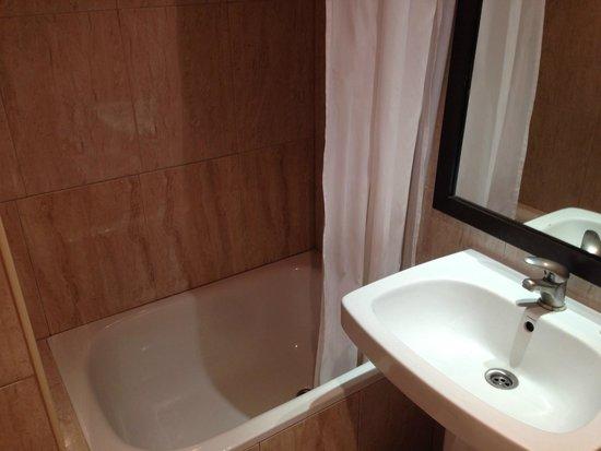 Hotel Adagio: La vasca e il lavandino di una camera.
