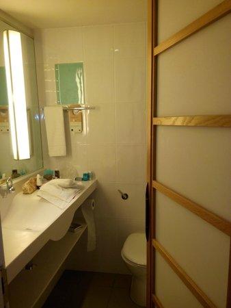 Novotel London West: Novotel bathroom