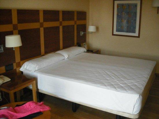 Senator Parque Central Hotel: Cama supergrande
