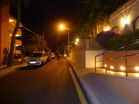 Valentin Paguera Hotel & Aptos: calle frente al hotal