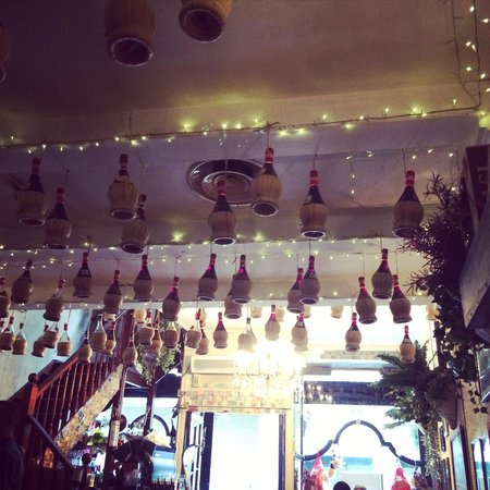 Franco's Ristorante Pizzeria: I thought these hanging from the ceiling were lovely!