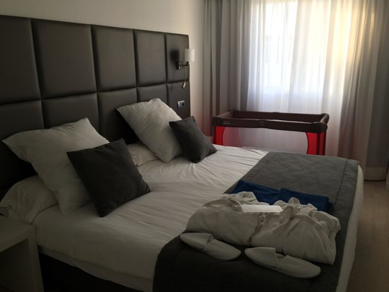 Prinsotel Alba Hotel Apartments: Very large and comfortable bed!