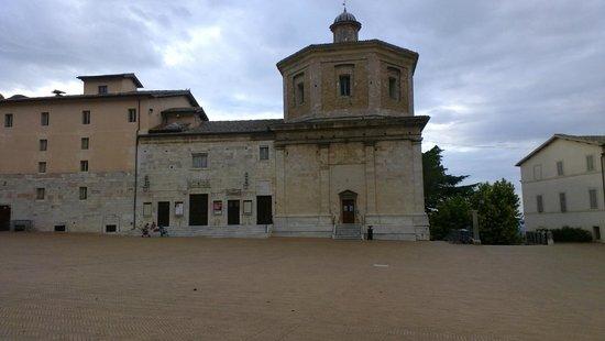 Teatro Caio Melisso: L'esterno del teatro in Piazza del Duomo