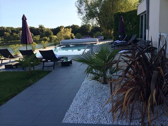 Hotel Les Jardins du Lac: Terrasse et piscine