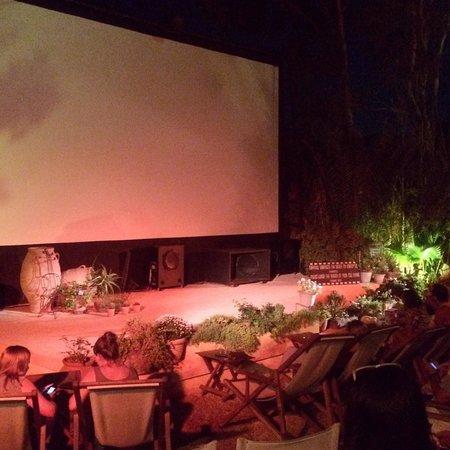 Open Air Cinema Kamari: Koselig
