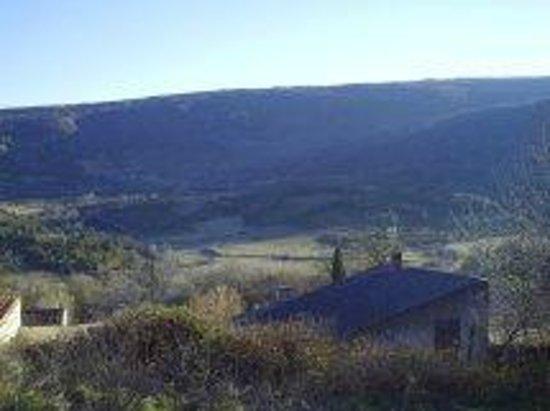 Camps-sur-l'Agly, France : vue du village situé sur un promontoire rocheux