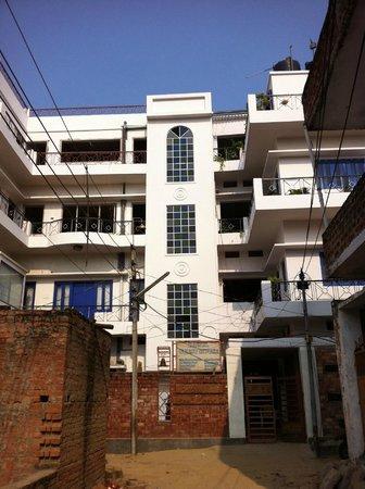 Rahul Guest House : vista frontal de la casa de huéspedes.