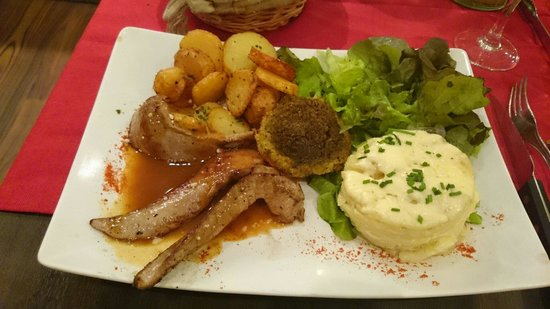 Domaine de Lintillac : The delicious duck aiguillette (strip of duck breast) cooked in honey with gratin dauphinois (sc