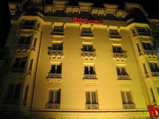 Ibis Lyon Centre Perrache: Facciata dell'Hotel illuminata