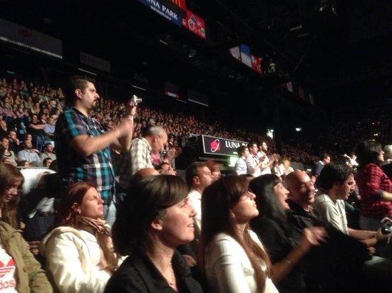 Luna Park : la gente aplaudiendo a sabina