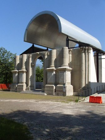 Osoppo, Italy: Пример правильного обращения с историческим наследием