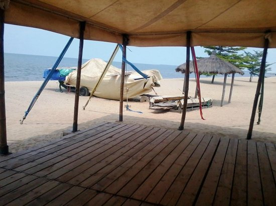 Hotel Club du Lac Tanganyika : Beach side, with boat for the guests