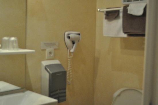 Hotel  De Paris : equipements de la salle de bain