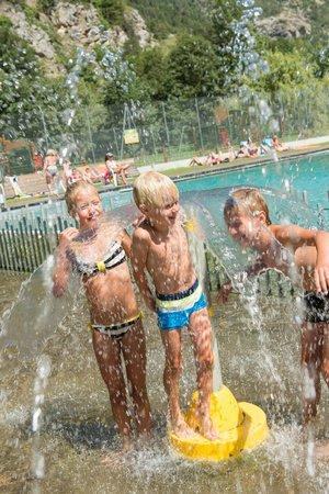 Piscine cologique avec toboggan et jeux aquatiques for Camping alpes hautes provence avec piscine