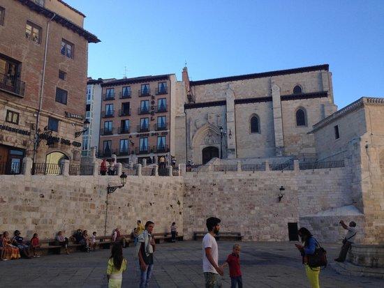 Meson del Cid: vista dell'albergo dalla piazza della Cattedrale