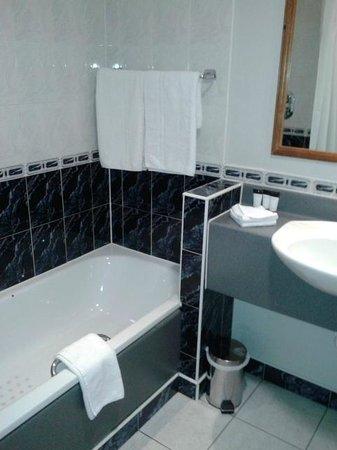 Camden Court Hotel: Bathroom