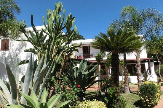 Residence Hotel La Giara : Giardino e camere